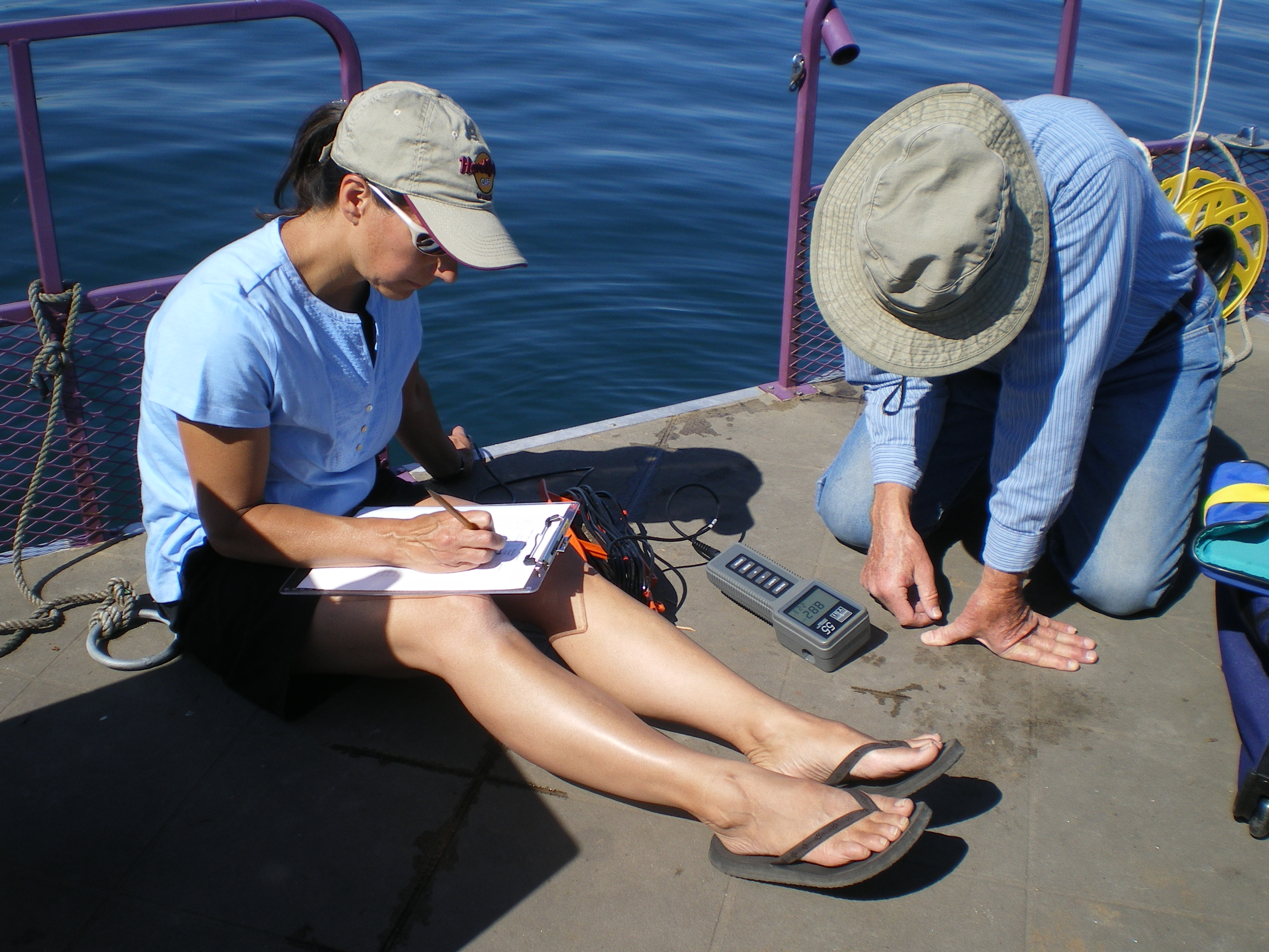 American Lake volunteers measure dissolved oxygen levels